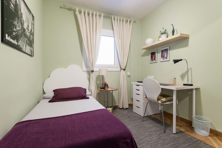 Habitación en apartamento con baño privado