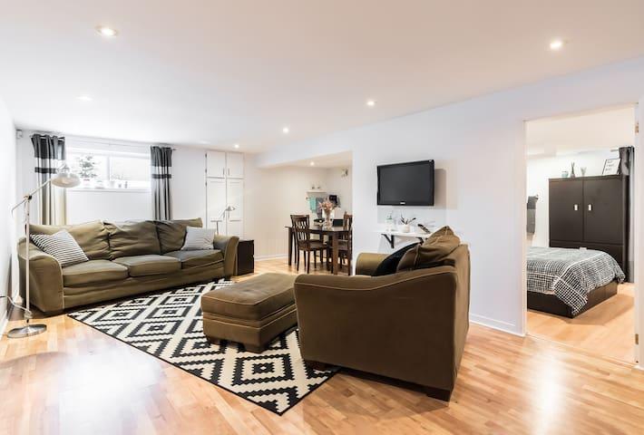 Grand loft privé au sous sol & entrée indépendante