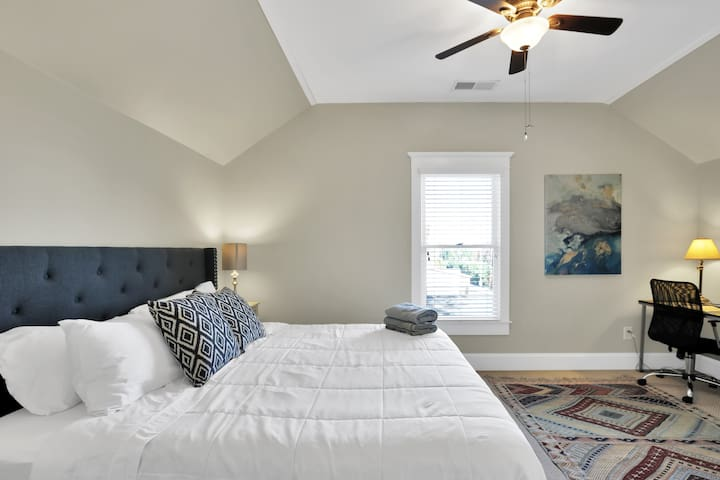 King Suite + Private Bath | 3 Miles to Airport