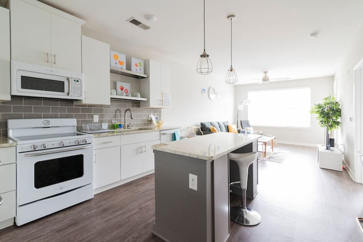 1BR ✦ Pool & Full Kitchen ✦ Near Uptown & Airport