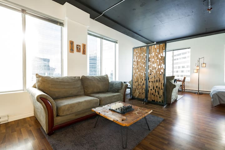 Sunny Industrial Loft, Downtown Views, LRT Access