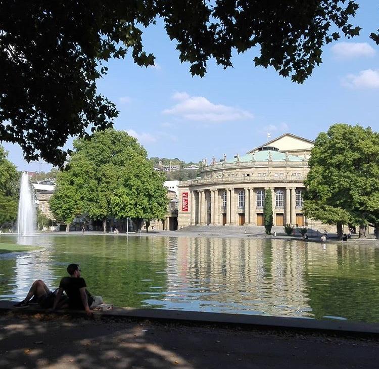 Die Stuttgarter Oper am Teichwasser