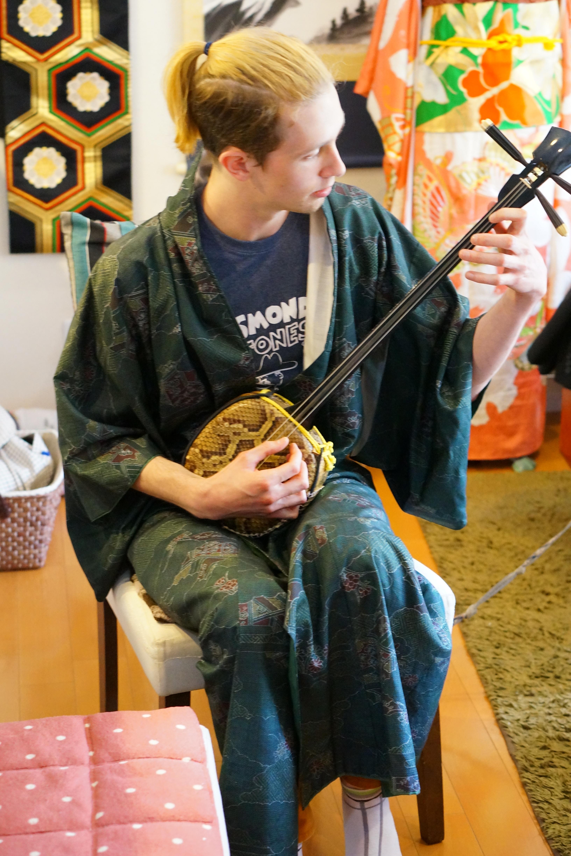 Enjoy Japanese guitar SANSHIN.