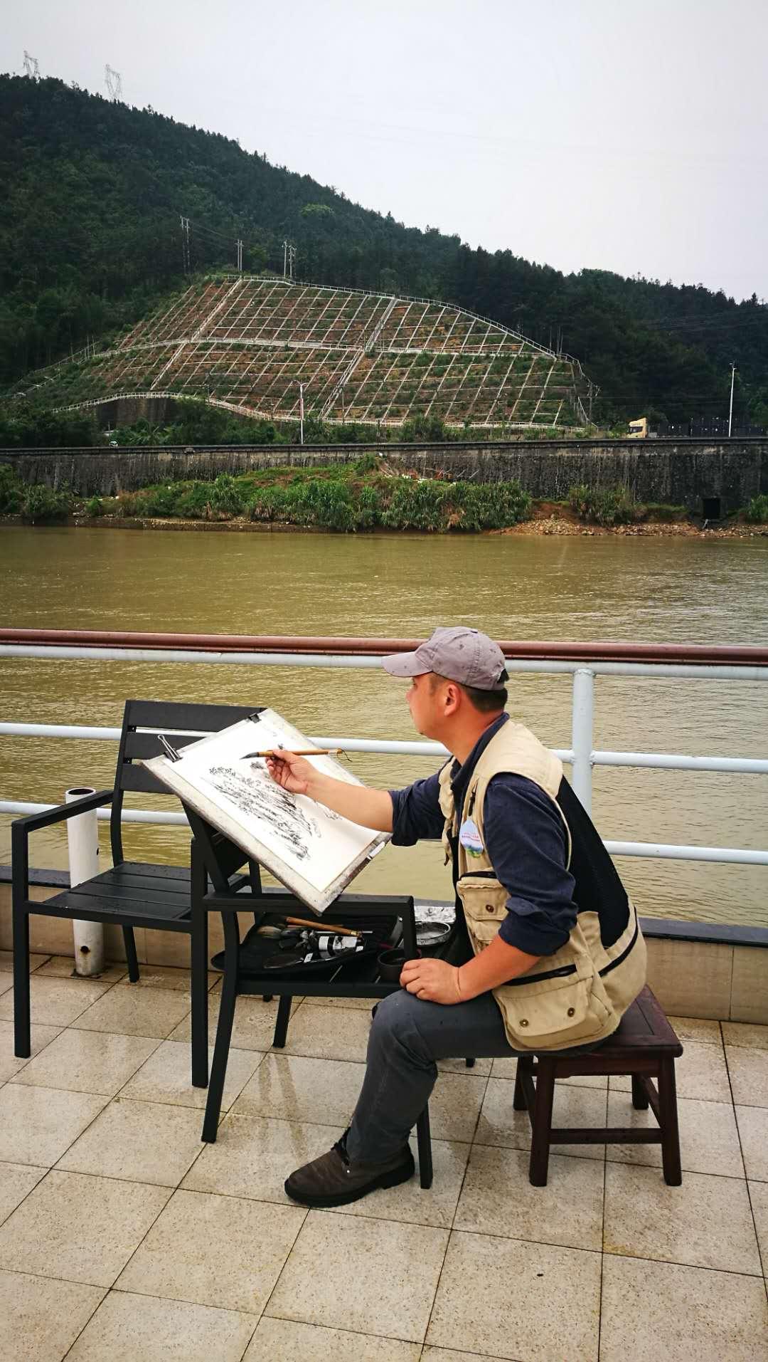和崔晓勇在江边写生