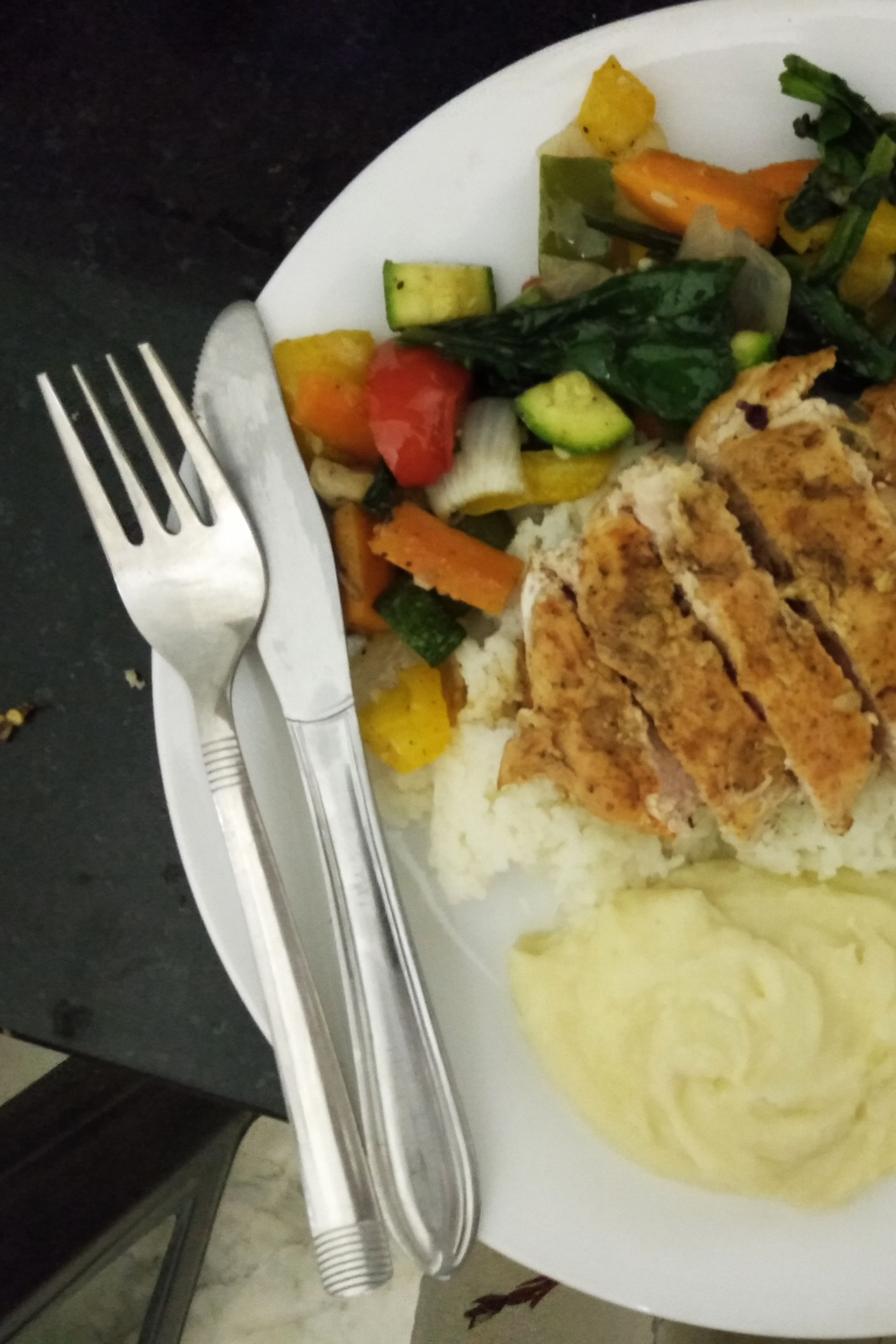 Grilled chicken breast with rice and veg