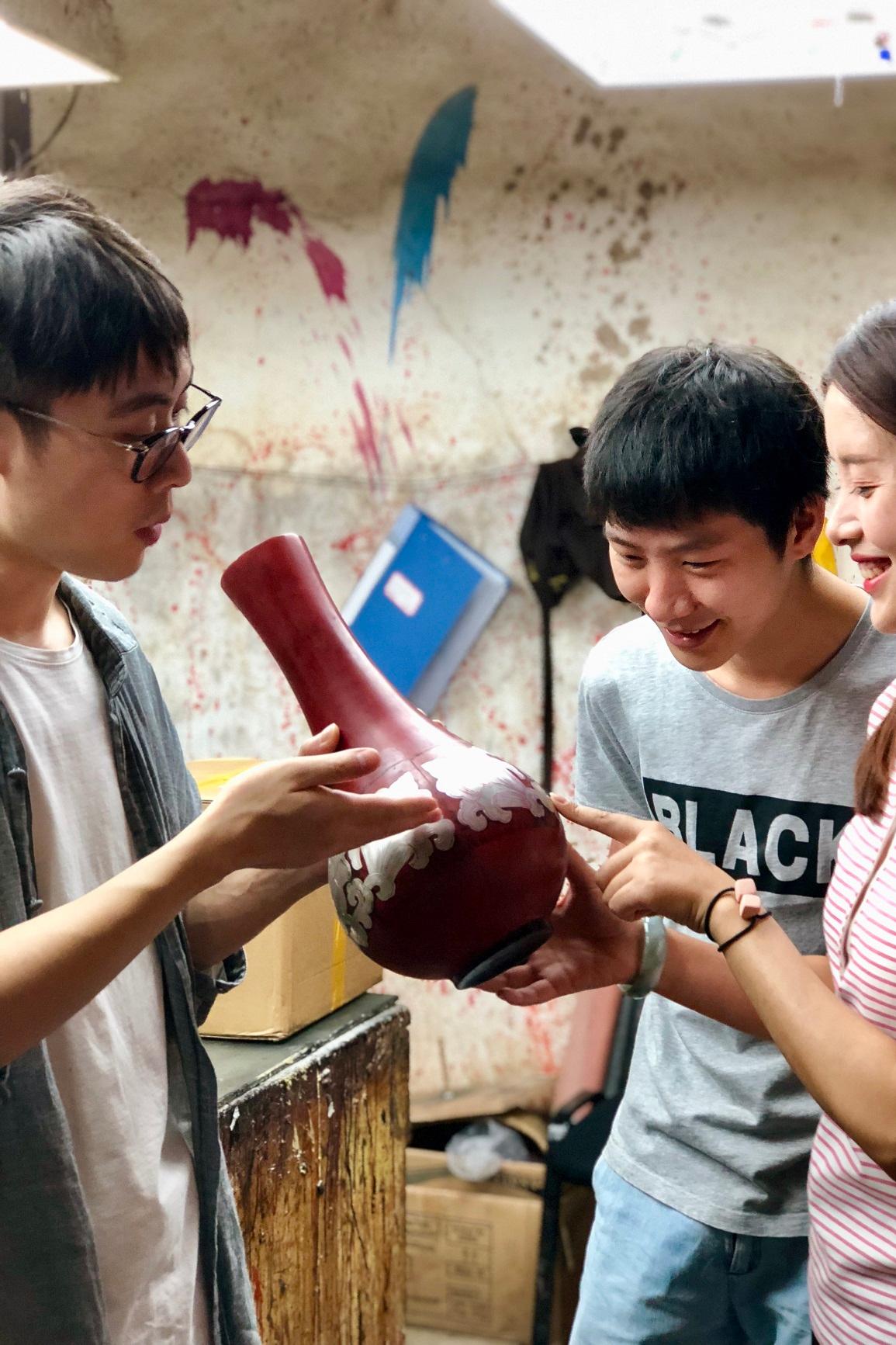 体验达人为体验者介绍漆器成品
