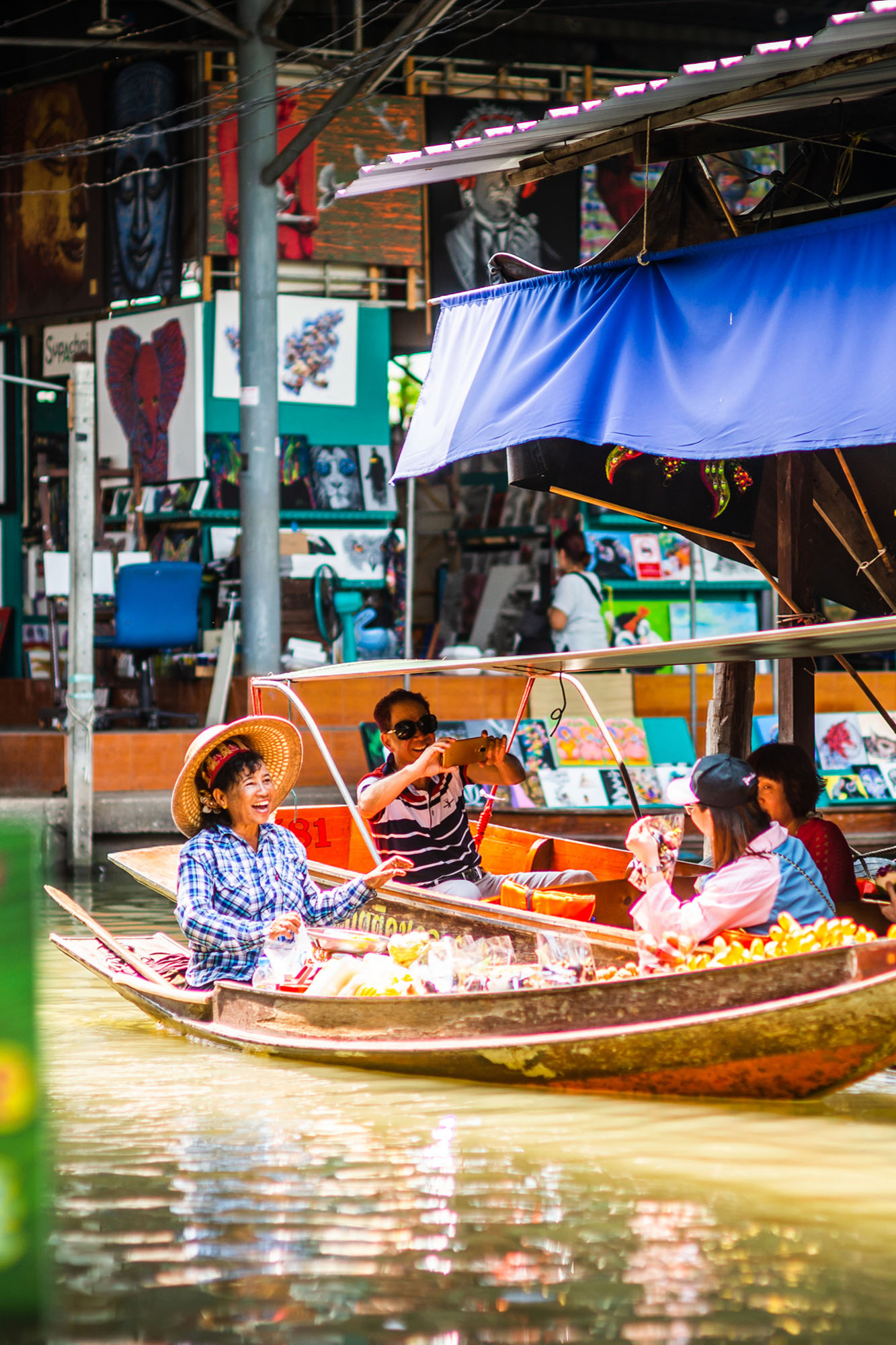 The atmosphere at floating market.