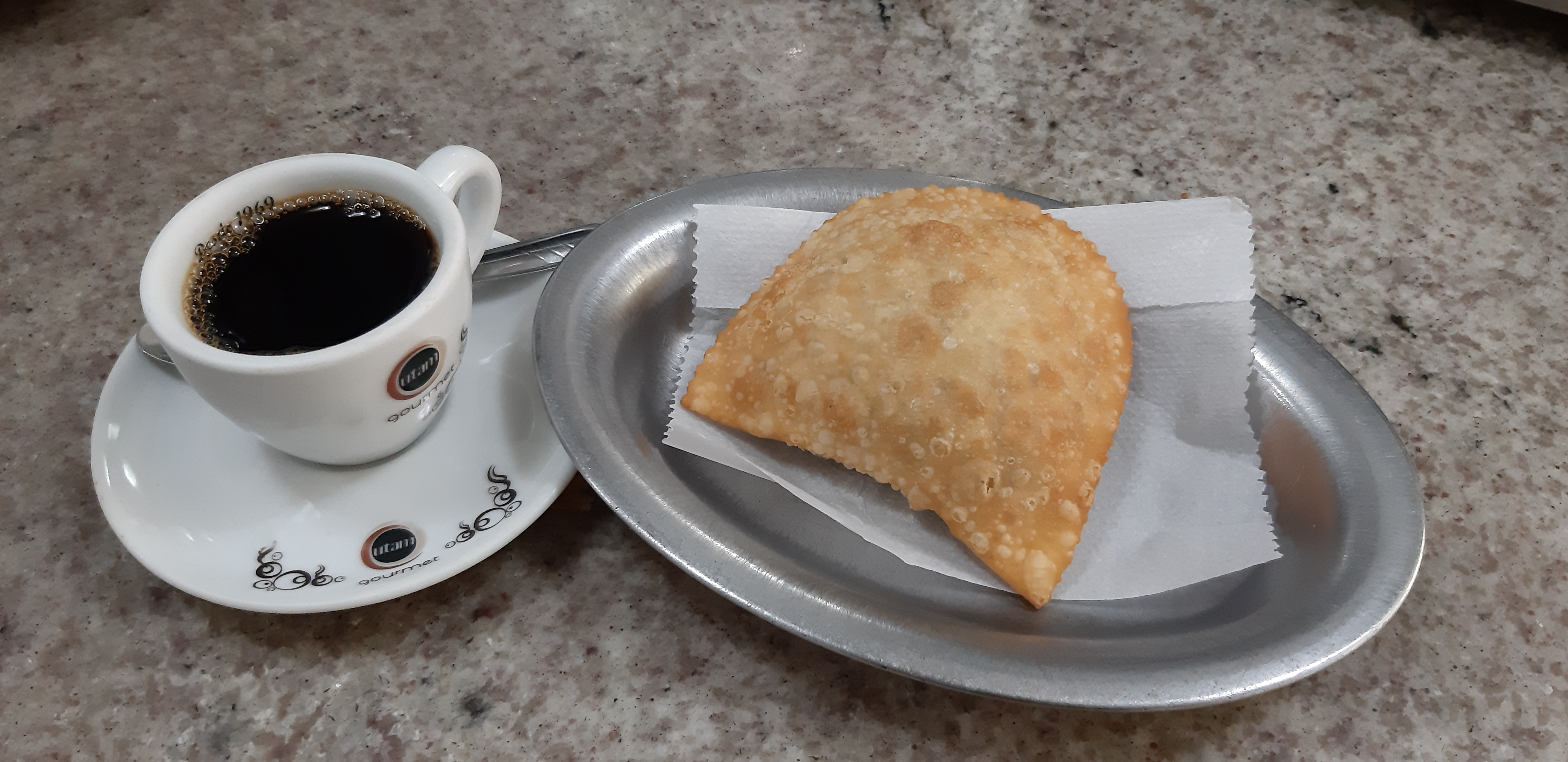 Cafezin com pastel de carne no Palhares