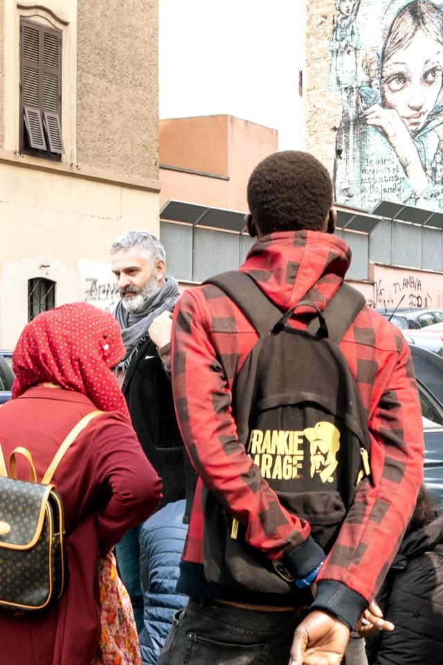 Tour con i migranti del quartiere